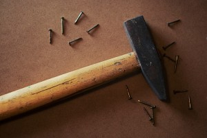 Werkzeug Hammer Nagel Gartenhaus selber bauen
