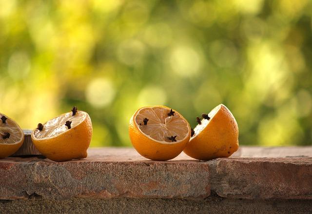 Gegen Wespen helfen soll Zitrone mit Nelken.